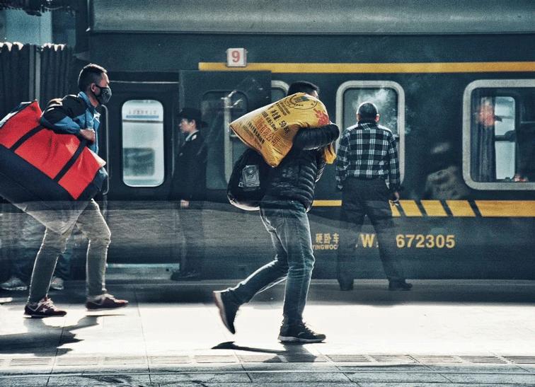 在车站中春节返乡的人群